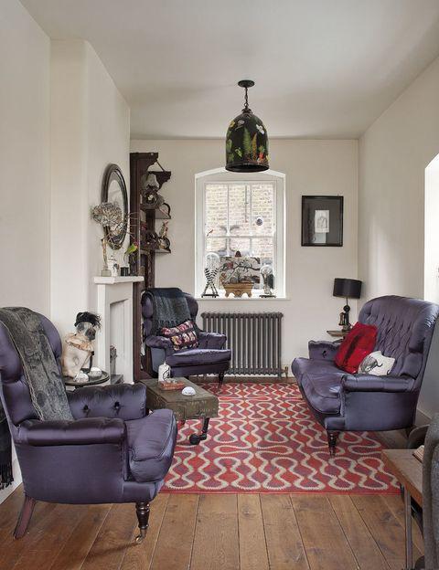 <p>Sofá y butacas tapizadas en terciopelo de seda por encargo de Rory. La alfombra de lana, modelo Squiggle Orange, de Vivianne Westwood para The Rug Company. </p>
