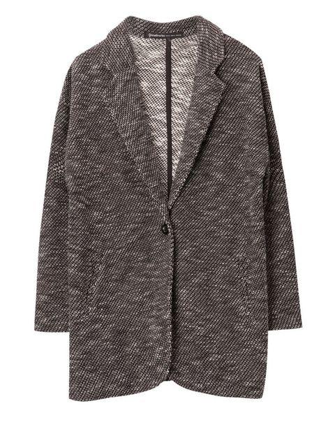 <p>De corte masculino y con tejido jaspeado, este chaquetón con un botón y cuellos lo encontrarás en <strong>Stradivarius</strong>.</p>