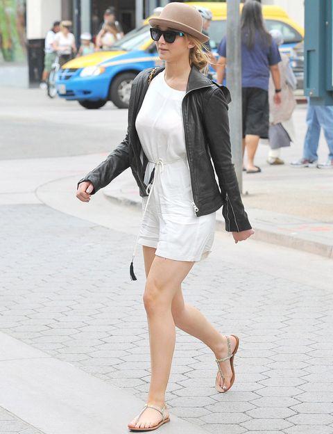 <p>Aunque su terreno natural es la calle y los street style. <strong>Jennifer Lawrence</strong> luce su 'Perfecto' con un minivestido blanco, sandalias planas y sombrero.</p>