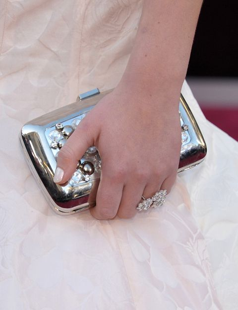 <p><strong>Jennifer Lawrence</strong> elevó la esencia de su look 10 con sus accesorios: clutch metalizado de <strong>Roger Vivier</strong> y joyas de joyas de <strong>Chopard</strong>.</p>