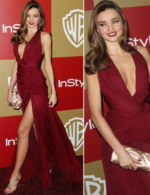 <p>De noche<strong> Miranda Kerr</strong>&nbsp;saca su lado más sexy con vestidos como este &nbsp;en tono burgundy con escote en V y abertura en la falda de&nbsp;<strong>Zuhair Murad otoño 2012</strong> drapeado en la cintura. Los complementos en dorado los firma <strong>Ferragamo.&nbsp;</strong></p>