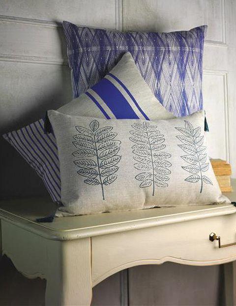 <p>Combina el blanco y el azul y lleva a tu casa los colores del mar. Cojines Hamaca, Singer y Orla, de 30 a 35 € c/u.</p>