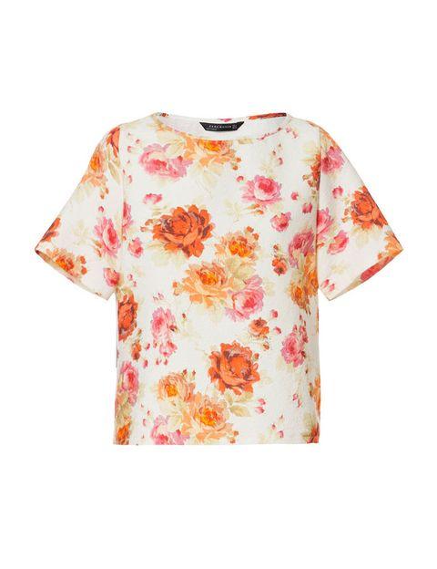 <p>Top de manga corta estampado con flores naranjas y rosas, de<strong> Zara</strong>, 17,99 €.</p>