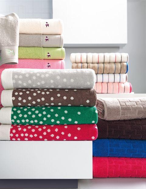 """<p>Dale un toque divertido a tu espacio más íntimo con toallas como las de la imagen: de varios colores con motivo de pajaritos (modelo <a href=""""http://www.elcorteingles.es/tienda/hogar/browse/productDetail.jsp?productId=A8709995&amp;cm_mmc=elle%20_%20contenedores-_-acuerdo%20_%202014-02-07%20_%20hogar-_-noticia%20_%20deco-_-decoracion"""" target=""""_blank"""">Dhaka</a>), en colores fuertes con topos blancos (modelo <a href=""""http://www.elcorteingles.es/tienda/hogar/browse/productDetail.jsp?productId=A8723541&amp;cm_mmc=elle%20_%20contenedores-_-acuerdo%20_%202014-02-07%20_%20hogar-_-noticia%20_%20deco-_-decoracion"""" target=""""_blank"""">Spark</a>), con rayitas de colores (modelo <a href=""""http://www.elcorteingles.es/tienda/hogar/browse/productDetail.jsp?productId=A8723520&amp;cm_mmc=elle%20_%20contenedores-_-acuerdo%20_%202014-02-07%20_%20hogar-_-noticia%20_%20deco-_-decoracion"""" target=""""_blank"""">Wavestyle</a>) o con motivo de ladrillos (modelo <a href=""""http://www.elcorteingles.es/tienda/hogar/browse/productDetail.jsp?productId=A8723532&amp;cm_mmc=elle%20_%20contenedores-_-acuerdo%20_%202014-02-07%20_%20hogar-_-noticia%20_%20deco-_-decoracion"""" target=""""_blank"""">Bricks)</a>. Todas son de <strong>Dalini.</strong></p>"""