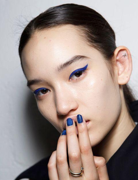 <p> Το χρώμα προέρχεται από το χέρι του <strong> Kenzo </strong> και η εμφάνισή του σε μπλε χρώμα.  Η έμπνευση, λαμβάνοντας υπόψη ότι ο σκηνογράφος για την «παράσταση» ήταν ο σκηνοθέτης David Lynch, είναι ξεκάθαρος: «Blue Velvet». </p>