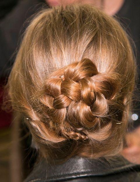 <p>Así luce el peinado de Dolce &amp; Gabbana desde detrás: para conseguirlo, comienza por hacer una trenza y enrróllala sobre si misma.</p>