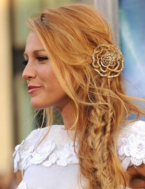 <p>Un diez a la trenza 'messy' de <strong>Blake Lively</strong>, rematada en un precioso rosetón dorado. Un look ideal para novias de estilo 'boho'.</p>