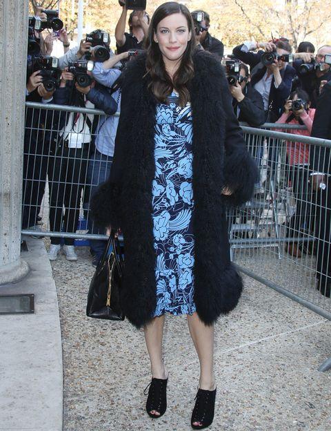 <p><strong>Liv Tyler</strong> combinó un vestido estampado en azul con un abrigo de piel, botines peep toe y bolso de mano, todo en negro.</p>