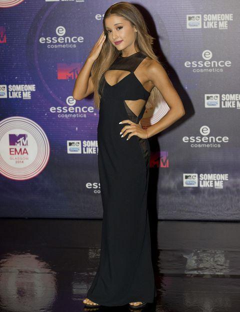 <p><strong>Ariana Grande</strong> apostó todo al negro con su vestido largo con detalles cut out.</p>