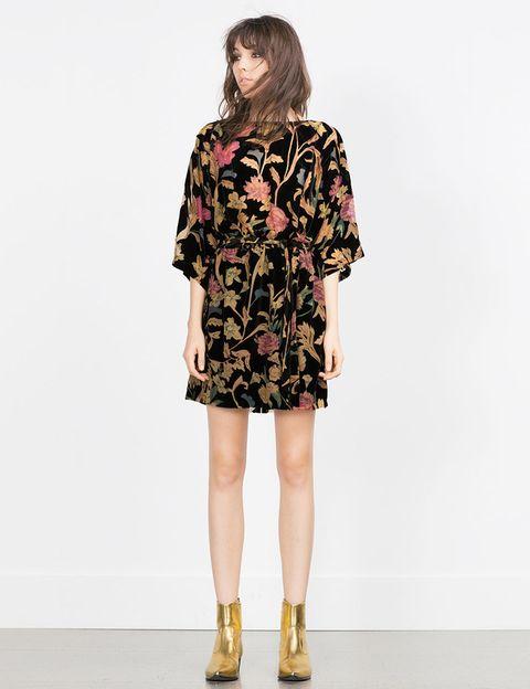 <p>Vestido con <i>print</i> floral y manga francesa de <strong>Zara</strong>, 49,95 €.</p>
