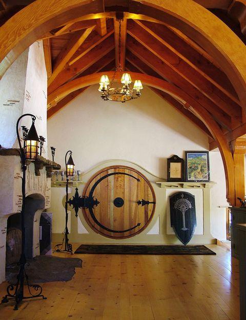 <p>Tal y como la describió Tolkien, la puerta es redonda y se abre con una sola bisagra de hierro hecha a mano. Está fabricada en cedro y mide menos de un metro y medio de diámetro.</p>