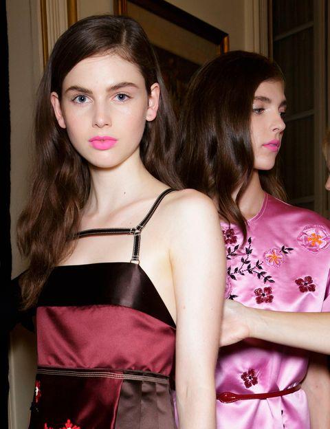 <p>La firma italiana <strong>Aquilano Rimondi </strong>apuesta por los labios en tono rosa chicle y acabado semimate. ¿La piel? muy luminosa y natural a base de toques de iluminador.</p>
