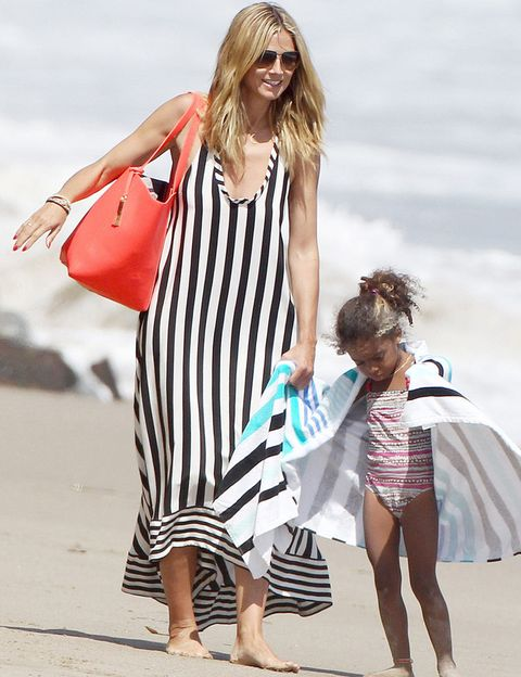 <p><strong>Heidi Klum</strong> también apuesta por un vestido largo pero con una de las tendencias de esta temporada: las rayas verticales black & white. El color lo reserva para sus accesorios.</p>
