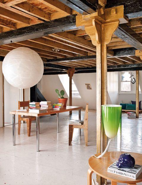 <p>Para mantener la sensación de amplitud, la zona de trabajo se ha montado en el centro con una mesa antigua de la diseñadora Goldie, amiga de Gala, y unas sillas de madera, en Lifestyle Bazaar. La lámpara de techo es de Habitat. </p>
