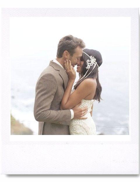 <p>Una imagen bucólica en unos de los día más felices de su vida. Besando a su marido Pedro Castro en su boda secreta. Si quieres saber más sobre su día a día entra en @raqueldelrosario</p>