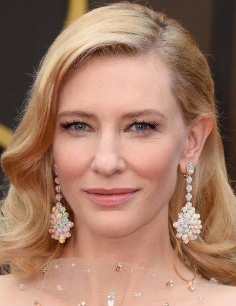 <p>Al no lucir ningún collar, <strong>Cate Blanchett</strong> se entrego a estos pendientes irisados de <strong>Chopard</strong>.</p>