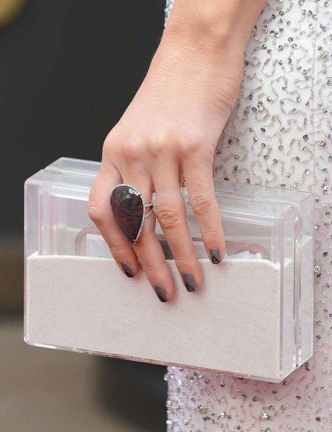 <p>Un original clutch con transparencias de&nbsp;<strong>Ashlyn'd</strong> y un anillo en gris a juego con una manicura con nail art. Estos son los detalles del look de&nbsp;<strong>Maria Menounos</strong>.</p>