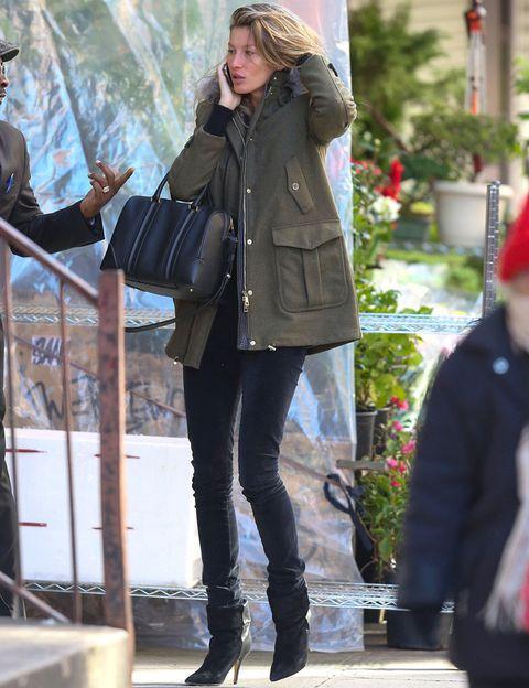 <p>La top<strong>&nbsp&#x3B;Gisele Bündchen</strong> también elige un look en negro para combinar con su parka con jeans y botines de tacón.&nbsp&#x3B;</p>