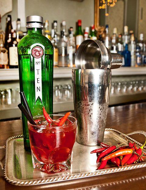 <p>Es perfecto para las parejas más atrevidas, como guinda a una cena exótica. Para la receta del bartender <strong>Diego Cabrera</strong> necesitas:</p><p>4 cl de TANQUERAY nº TEN</p><p>Chile Rojo</p><p>4 cl de zumo de arándanos</p><p>4cl de te rojo con cítricos</p><p>Dos cucharaditas de azúcar</p><p>En una coctelera agregamos el chile al gusto y lo machacamos. Después, añadimos el resto de ingredientes y hielo, y agitamos. Lo servimos colado en un vaso bajo y a disfrutar.</p>