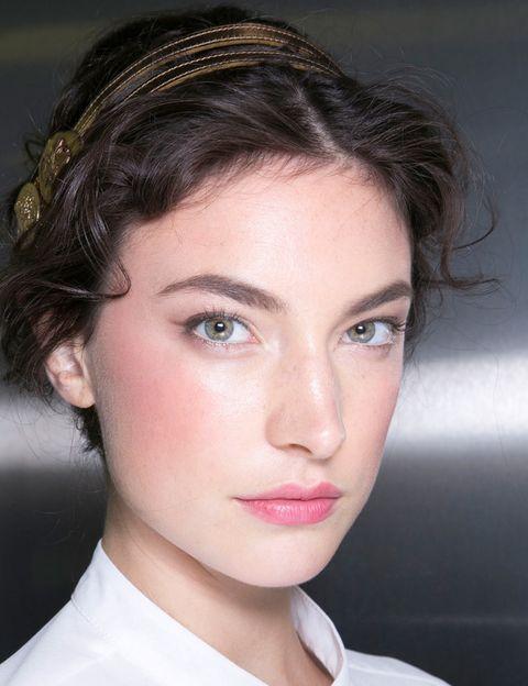 <p>Si solo tienes tiempo para destacar una parte del rostro antes de irte a trabajar, que sea la piel: este look de <strong>Dolce &amp&#x3B; Gabbana</strong> te inspirará para tener una tez radiante. Aplica una base de maquillaje luminosa y extiende el colorete no solo en las mejillas, sino también hacia las sienes y la frente en forma de media luna. Haz un delineado fino con un lápiz <i>khol</i> y no olvides rellenar las cejas con un lápiz marrón. </p>