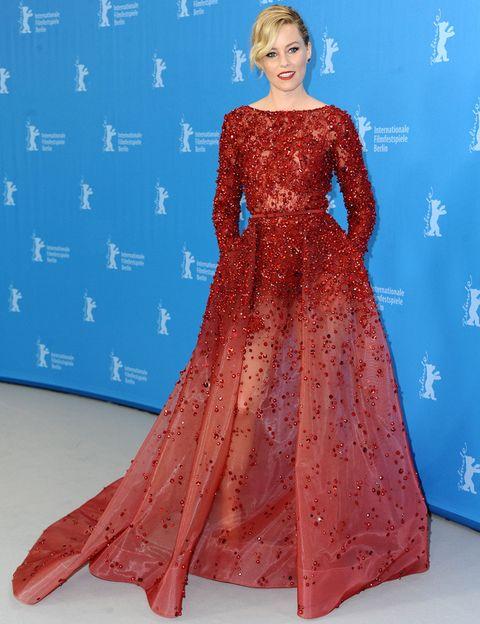 <p><strong>Elizabeth Banks</strong> no puede lucir más espectacular durante la Berlinale con este vestido rojo con cristales y transparencias de <strong>Elie Saab Couture</strong>. Su recogido con ondas, los labios rojos y los pendientes a juego con el vestido son el broche de oro para un look simplemente perfecto.</p>