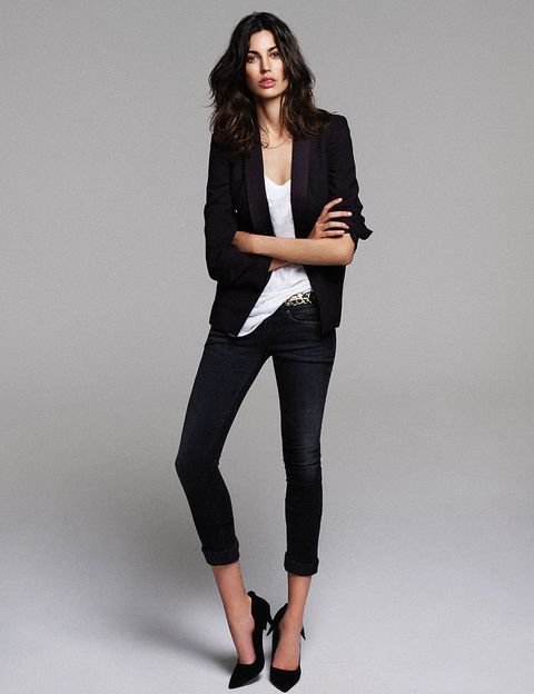 <p>Chaqueta (230 €), de <strong>Purificación García</strong>. Camiseta (9,90 €), de <strong>H&M</strong>. 'Jeans' (29,90 €), de <strong>Sfera</strong>. Cinturón (15,95 €), de <strong>Zara</strong>. Salones de ante (15 €), de <strong>Primark.</strong></p>