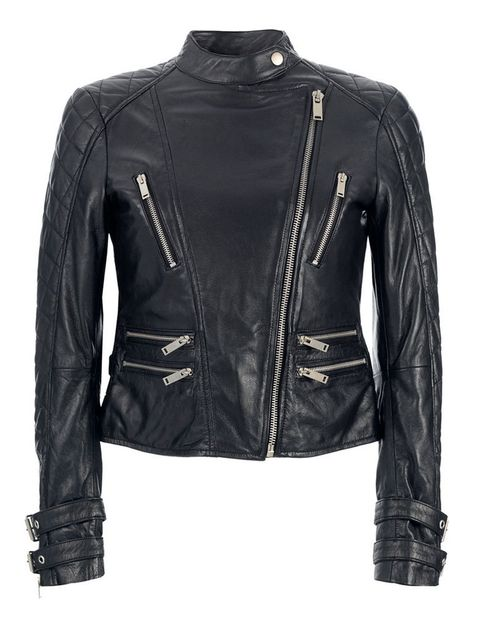 <p>Clásica cazadora de cuero con multicremalleras en plata y hombreras acolchadas. De <strong>Zara</strong>.</p>