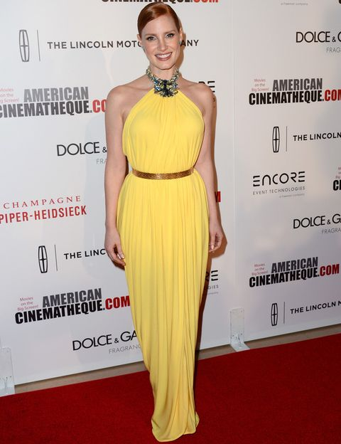 <p>A nadie le sienta mejor el amarillo que a <strong>Jessica Chastain</strong>. La actriz deslumbró en los American Cinematheque Award con un vestido halter con detalle joya en el cuello y cinturón dorado de <strong>Givenchy Couture</strong>.</p>