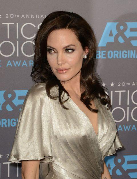 <p>Mires por donde mires a <strong>Angelina Jolie</strong> sólo ves perfección en cada poro de su piel. Pero la actriz odia sus pies, desearía encogerlos. Dice, literalmente, que son asquerosos.&nbsp;</p><p>No acaba aquí la historia, todo el mundo adora los labios carnosos de Angelina, pero ella cree que son demasiado grandes para el tamaño de su cara. También intenta ocultar las venas azules de sus brazos, no le gustan nada.&nbsp;</p>