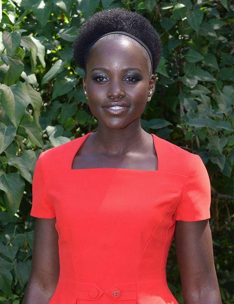 <p>'Recuerdo cuando me sentía fea. En la televisión veía que todos tenían la piel blanca, así que todas las noches oraba a Dios para pedirle una piel más clara', <strong>Lupita Nyong'o</strong>.</p><p>Esperamos que este concepto haya cambiado con el tiempo en la cabeza de Lupita, simplemente nos parece maravillosa además de extremadamente bella.&nbsp;</p>