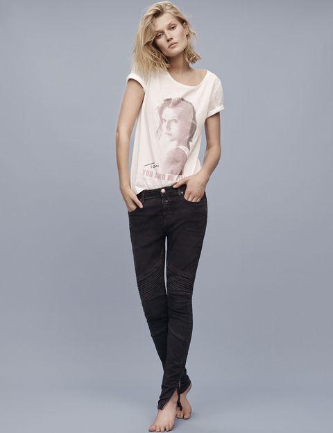 <p>Toni ha diseñado una colección que consistirá en tres camisetas (para chica, chico y niño) además de la prenda icónica de la marca, un par de jeans para chica que se llamarán 'Toni'.</p>