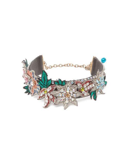 <p>Collar con piel, flores bordadas a mano y cristales, de<strong> bimba &amp&#x3B; lola</strong> (70 €).</p>