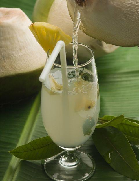<p>El coco tiene efectos desintoxicantes, te ayudará a regular la digestión y reduce la inflamación. También es rico en sales minerales que participan en la mineralización de los huesos. Necesitarás media taza de agua de coco, dos cucharadas de zumo de limón, dos cucharadas de zumo de aloe vera y una taza de agua.</p>