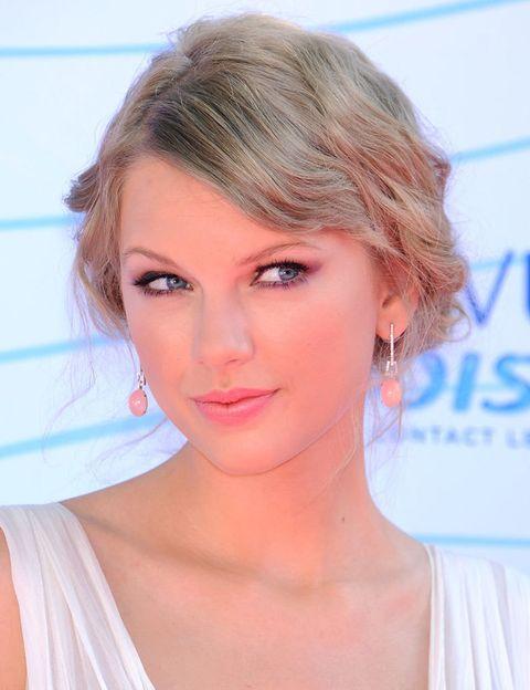 <p>La cantante peinó su rubia melena en un romántico recogido con ondas e iluminó su cara con los tonos rosas de su make up.</p>