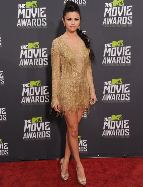 <p><strong>Selena Gomez</strong> se convirtió en la chica de oro con su minivestido bordado con flecos de <strong>Julien Macdonald</strong>. Un acierto sus discretos peep toe glitter de <strong>Jimmy Choo</strong> como único accesorio y la ausencia de joyas.&nbsp&#x3B;</p>