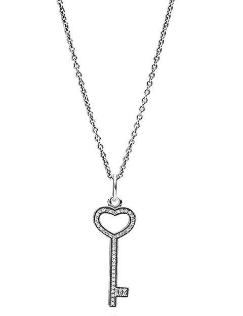 <p>Colgante de llave con cadena en plata de ley y circonitas cúbicas transparentes, 99 €.</p>