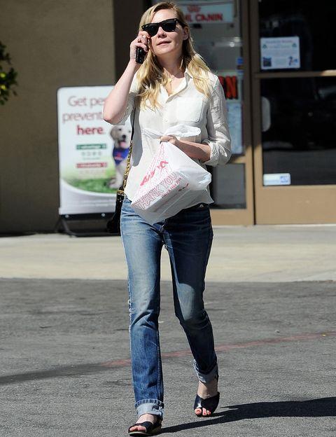 <p>Como siempre hace en la alfombra roja,<strong>Kirsten Dunst</strong> demuestra que menos es más. Un vaquero recto con camisa blanca y accesorios en negro forman su outfit de día.</p>