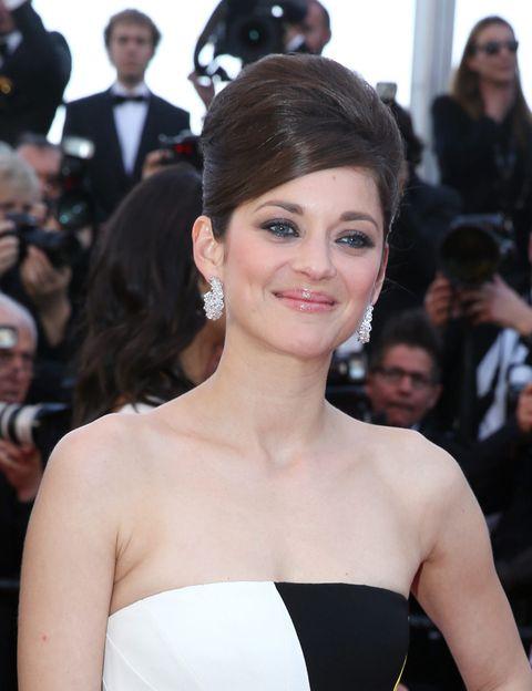 <p>Fue uno de los <i>looks</i> más comentados del pasado festival de Cannes. <strong>Marion Cotillard</strong> lució un moño años 60 con un precioso maquillaje de ojos grises con delineador azul y <i>gloss</i> supernatural. Preciosa.</p>