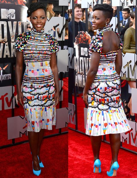 <p>La más colorida de la noche fue la actriz <strong>Lupita Nyong'o</strong> con este vestido midi estampado con falda plisada y abertura en la espalda de<strong> Chanel Otoño 2014</strong> y unos llamativos salones azules de <strong>Casadei</strong>.</p><p></p>