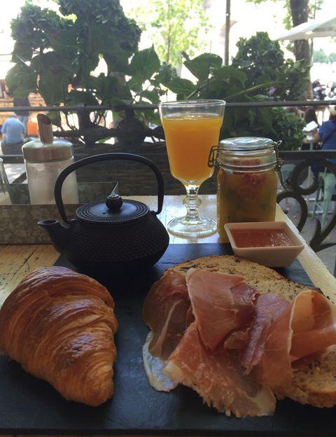 """<p>Si te encanta desayunar fuera, <strong>no te pierdas el desayuno de Harina, que puedes disfrutar en su preciosa terraza</strong>, con las mejores vistas de El Retiro y la Puerta de Alcalá. Un plan perfecto si luego vas a hacer un poco de ejercicio. <strong>El desayuno.</strong> Croissant a la plancha, tostada de pan de masa madre con jamón, tomate y aceite, macedonia de frutas de temporada o zumo de frutas licuado (naranja, kiwi, remolacha, manzana, apio…), café o té. <strong>Ingrediente estrella. """"El pan de masa madre en sus diferentes versiones</strong>, con semillas, rico en salvado, integral, con pasas y nueces, nuestra bollería recién horneada y las tartas artesanas"""", dice Carmen Baudín, propietaria de las panaderías handmade Harina. <strong>Los beneficios.</strong> """"Se trata de un desayuno 'fresco' porque tiene todos los componentes de una dieta equilibrada: fibra en el pan, proteína en el jamón y vitaminas con la fruta. <strong>Precio.</strong> 10 €. <a href=""""http://www.harinamadrid.com/"""" target=""""_blank"""">harinamadrid.com</a></p><p></p>"""