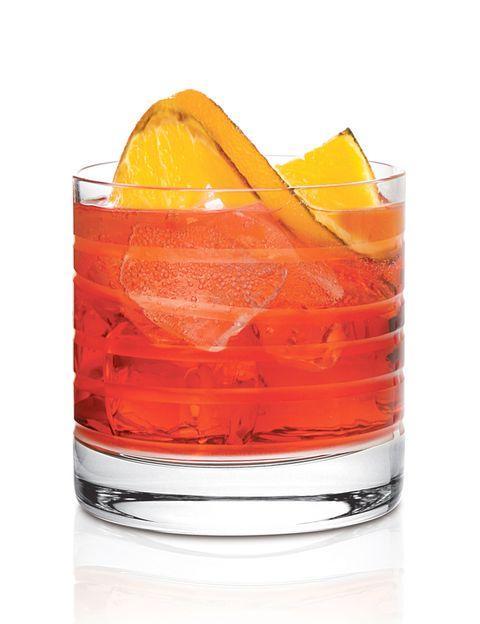 <p>Se trata de un coctail de origen italiano, intenso, que originalmente se hacía con ginebra. En este caso la sustituiremos por tequila blanco para darle otro aire. Es una bebida de aperitivo, porque estimula los jugos gástricos y abre el apetito. Debe servirse en vaso tipo 'on the rocks'.</p><p><strong>1.</strong> Preparamos una corteza de naranja (evitando la parte blanca) con la que aromatizaremos la copa pasándola por su borde.</p><p><strong>2.</strong> Echamos 30 ml de tequila blanco (a ser posible Don Julio) directamente en la copa.</p><p><strong>3.</strong> Añadimos 30 ml de Campari y otros tantos de Martini Rosso.</p><p><strong>4.</strong> Llenamos la copa de hielo, sin cortarnos.</p><p><strong>5.</strong> Cortamos un gajo de naranja, lo exprimimos, lo echamos dentro de la copa y lo removemos evitando romper los hielos.</p><p><strong>6.</strong> La bebida es intensa. Si quieres rebajarla, basta con echarle un poco de soda… ¡y a brindar!</p>