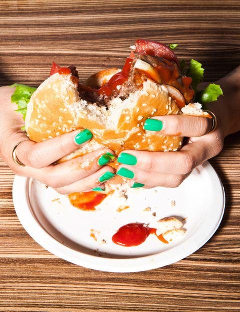 """<p>""""<strong>No planifica nunca una comida ni tiene horarios, come sólo cuando tiene hambre</strong>, no importa la hora del día ni la selección de alimentos, que se coloca en un segundo plano"""", dice Tania Sanz. <strong>Recomendación</strong>. Decidir por adelantado (un día antes o semanalmente) el menú para comer. """"<strong>Puedes preparar alimentos o escribir lo que estarás comiendo</strong>. Si te resulta difícil, empieza planeando una sola comida"""", aconseja.</p><p>&nbsp;</p>"""