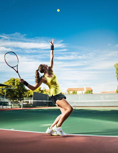 """<p>&nbsp;Si en tu hotel hay pistas, no te olvides de añadir una raqueta a tu equipaje. <strong>Será la forma perfecta de hacer algo de ejercicio con tu pareja o con tus amigos.</strong> Incluso la excusa para conocer gente, ya que en los hoteles suelen hacerse listas de """"jugadores singles"""" que buscan pareja para jugar partidos. <strong>Psst.</strong> Si no practicas estos deportes o no hay pistas donde vas, las palas de playa pueden ser una buena alternativa. Incluso puedes comprarlas en tu destino y no cargar con ellas.</p><p>&nbsp;</p>"""