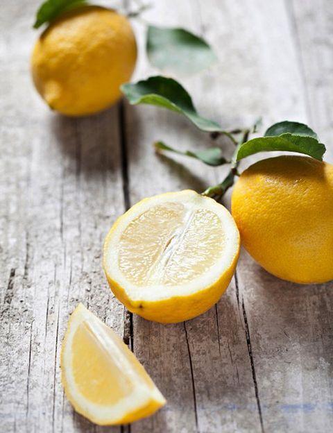 <p></p><p>Una de las propiedades más conocidas del limón es su alto contenido en vitamina C, <strong>imprescindible para el sistema inmune y para favorecer la eliminación de toxinas.</strong> Pero además de esta vitamina, el limón contiene casi 30 componentes antioxidantes, numerosos flavonoides como la rutina, hesperidina y luteína, betacarotenos y ácidos cafeico, ferúlico y gamma terpineno. Todos ellos lo convierten en <strong>un potente antioxidante que no sólo nos ayuda a prevenir enfermedades</strong> sino que protege la piel del envejecimiento prematuro.</p><p></p>