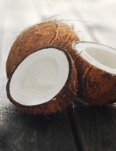 """<p>&nbsp;</p><p>""""<strong>El coco es la medicina herbal de los países tropicales</strong>"""", dice Silvia Riolobos, nutricionista y autora del blog <a href=""""http://silviariolobos.com/flexible-vegan-player/"""" target=""""_blank"""">Flexi Vegan Player</a>. """"Tiene propiedades antifúngicas, bactericidas, antivirales, antioxidantes, hipoglucemiantes, hepatoprotectoras e inmunoestimulantes"""", señala. """"<strong>Algunas de estas propiedades han sido reconocidas por la medicina convencional</strong> y ya somos un buen número de &nbsp;especialistas los que recomendamos &nbsp;su consumo con fines terapéuticos"""", añade.&nbsp;</p><p>&nbsp;</p>"""