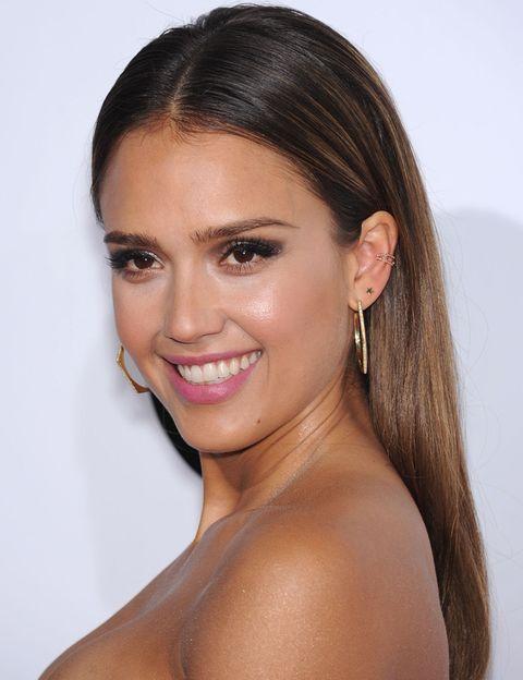 <p>La actriz apostó por lucir su melena suelta con un efecto wet y un discreto maquillaje en el que destacaban sus labios rosas.</p>