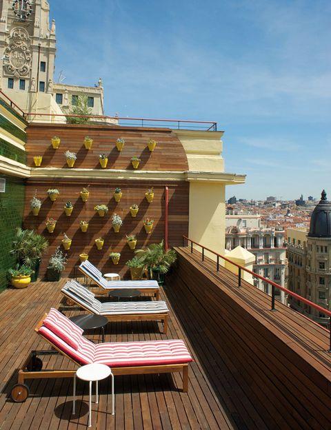 <p>Ponte la capital por montera desde este hotel de diseño que se encuentra a un paso de la Puerta del Sol. Es el lugar perfecto para ir de shopping y descubrir las facetas más castizas y canallas de la ciudad. Y si te desvelas, nada como entretenerte oteando la noctámbula Gran Vía desde tu habitación. Otra opción: subir a la azotea con vistas a todo Madrid. No lo dudes: ¡te sentirás como en el cielo!</p>