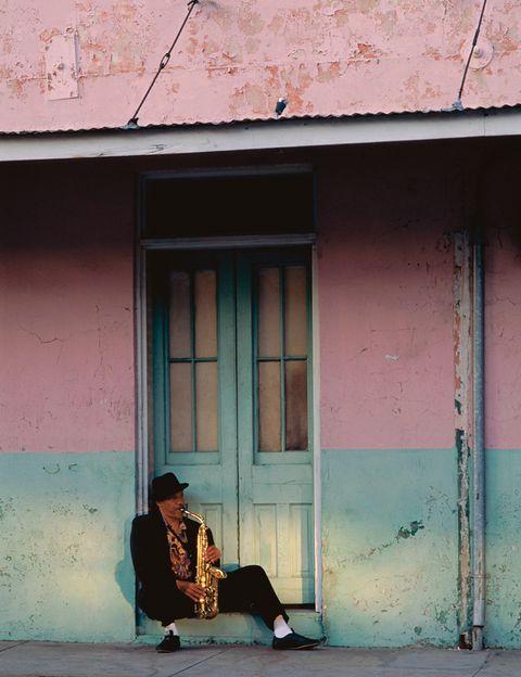 """<p>Ser la cuna del jazz y lugar natal de músicos legendarios como Louis Armstrong, Jelly Roll Morton o Buddy Bolden ha hecho que en la ciudad de <strong><a href=""""http://%20www.neworleansonline.com"""" target=""""_blank"""">Nueva Orleans</a> </strong>la música lo empape todo. Bandas callejeras, conciertos a diario y algunos de los mejores festivales de música afroamericana hacen de ésta ciudad un destino perfecto para disfrutar del jazz, blues, funk, música de raíz o R&amp;B. Con el añadido del espíritu sociable de su gente, lo que ha dado a la ciudad el apelativo de Big Easy, y una multiculturalidad &nbsp;que se refleja en la gastronomía, con influencias de todo el mundo y hasta originales fiestas (celebran desde el día de la Bastilla a unos particulares Sanfermines).</p><p>Podrás elegir entre más de 80 clubes, muchos con música en vivo, como el mítico <a href=""""http://www.snugjazz.com"""" target=""""_blank"""">Snug Harbor</a><a href=""""http://www.snugjazz.com"""" target=""""_blank"""">,</a> situado en Frenchmen Street, en uno de los barrios (Faubourg Marigny) donde se concentran numerosos locales de jazz, cafés y restaurantes.</p><p>Disfruta de las muchas bandas de música que tocan en la calle, sobre todo en zonas como el siempre animado barrio francés, pero también en otros puntos de la ciudad –los miércoles en la plaza Lafayette, con puestos de comida–. Si vienes en verano, podrás asistir a algunos de sus grandes festivales. El Essence Music, del 3 al 6 de julio, celebra su vigésima edición con artistas como Prince, Mary J. Blige o Lionel Richie. Y en agosto, Satchmo Summer (del 30 de julio al 3 de agosto), está dedicado al querido Louis Armstrong, cuyas canciones serán interpretadas por las mejores bandas locales (gratuito).</p>"""