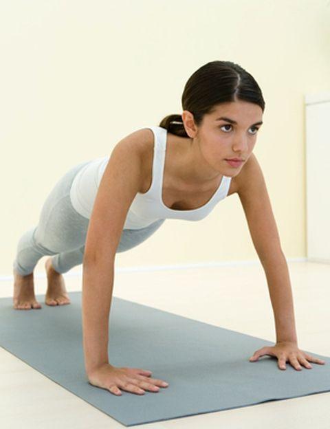 """<p>Parece mentira, pero sólo dispones de unos minutos al día para entrenar… ¡Aprovéchalos! <strong>Hay que ejercicios que requieren &nbsp;a todos los músculos de tu cuerpo para su realización, como los <i>burpees</i></strong> o flexiones con saltos. Como explica el entrenador Nacho Villalba, """"tan sólo un minuto haciendo este ejercicio puede suponer una respuesta &nbsp;cardiovascular muy importante"""". <strong>¿Cómo se hacen?</strong> Sólo necesitas tu propio cuerpo y algo de ropa cómoda. Agachada en el suelo con las manos por fuera de los pies, <strong>da un salto hacia atrás para colocarte en posición de fondos</strong>, siempre manteniendo el abdomen fuerte. Haz una flexión. Sube, da un salto adelante e incorpórate. ¿Cuántos burpees puedes hacer en un minuto?&nbsp;</p><p>&nbsp;</p>"""