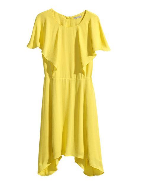 <p>Si tienes una boda y no te apetece gastar mucho, pero también quieres ir espectacular, prueba con este vestido amarillo de <strong>H&amp&#x3B;M</strong>, 24'99 €.</p>